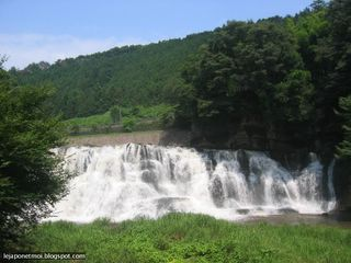 Le petit village de Taki et sa cascade