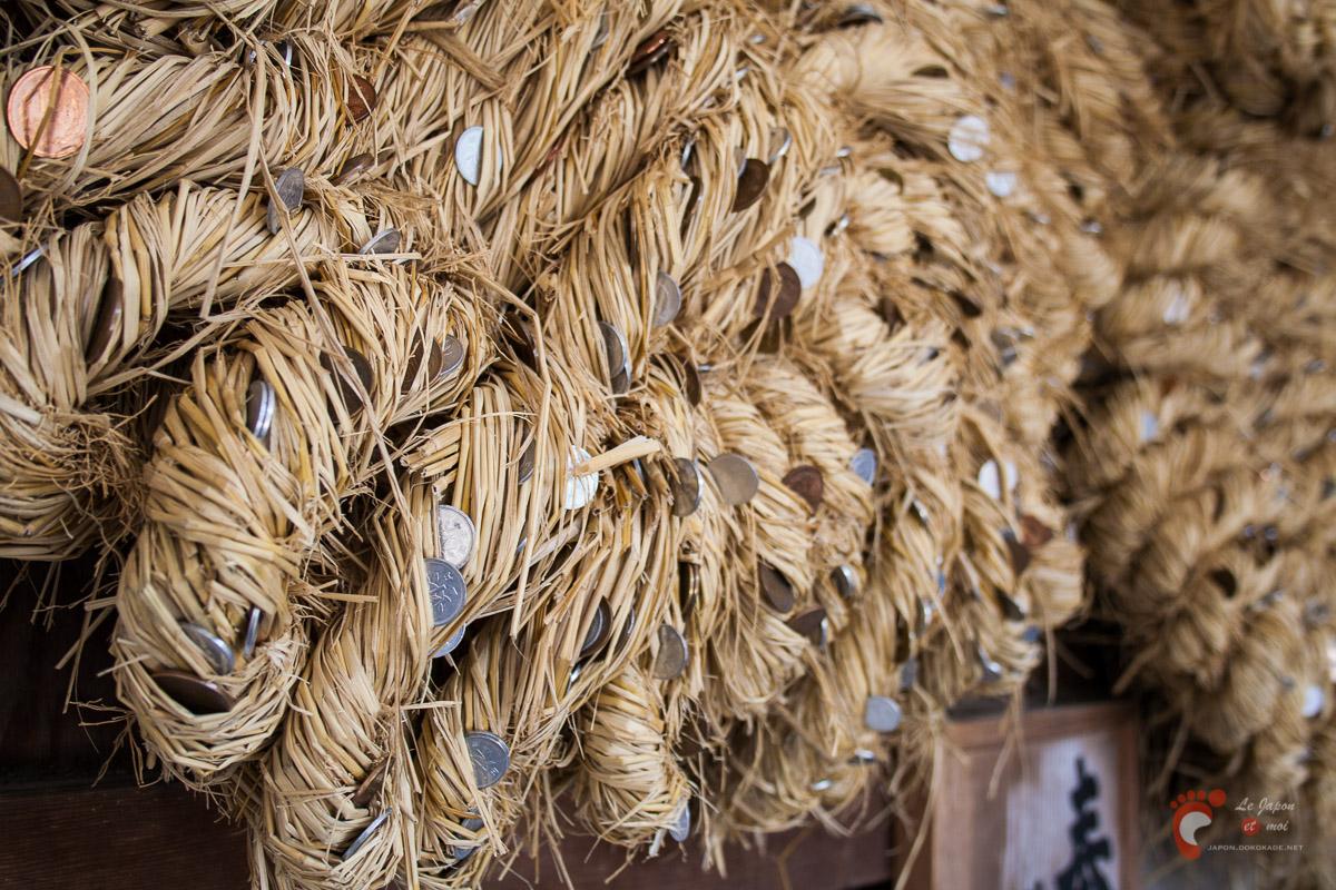 Les zôri du Daibutsu plantées de pièces - c'est désormais interdit