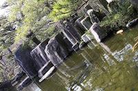 Himeji - Le jardin Kôko-en - Oui, je sais, cette photo est beaucoup trop penchée et pourtant je m'y suis repris à plusieurs fois : je voulais absolument immortaliser cet agencement de rochers aux allures de falaise, mais n'ai décidément pas pu trouver le moyen d'en faire un bon cliché...