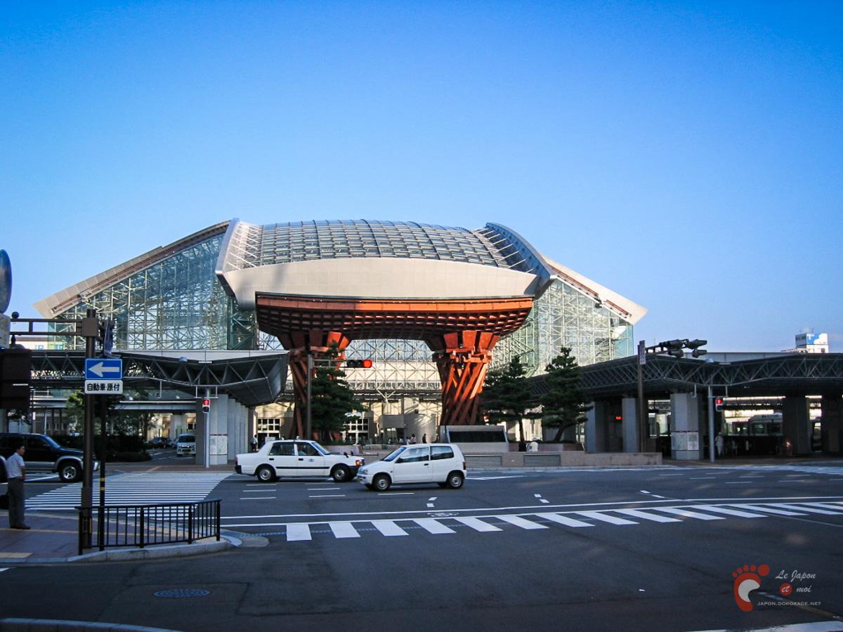 Gare de Kanazawa - La porte Tsuzumi-mon devant le dôme Motenashi