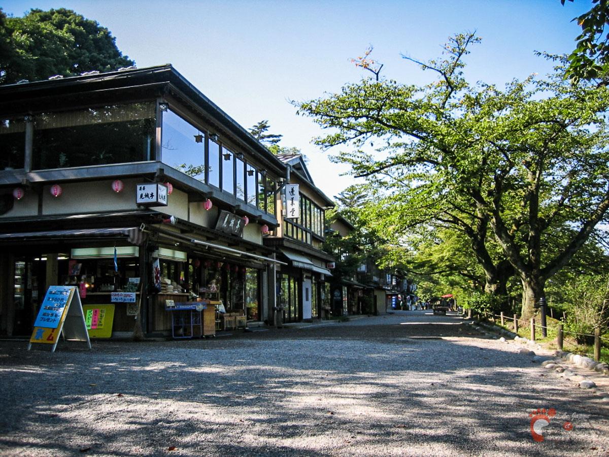 Les boutiques à côté du parc Kenrokuen à Kanazawa