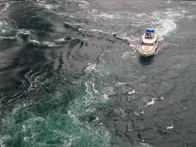 Le uzu-no-michi et ses tourbillons marins près de la ville de Naruto