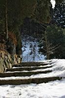 La route Nakasendô entre Magome et Tsumago - Entrée du petit sanctuaire de Kumano : l'escalier abrupte juste avant n'en facilitait vraiment pas l'accès
