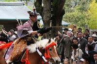 Démonstration de yabusame dans l'enceinte du temple Tsurugaoka Hachimangû à Kamakura - A l'origine, le yabusame était semble-t-il une forme d'entraînement physique et mental pour les samurai