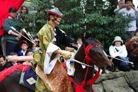 Démonstration de yabusame dans l'enceinte du temple Tsurugaoka Hachimangû à Kamakura - Ce cheval était particulièrement nerveux. Au moment du cliché, le cavalier le maîtrisait avant le départ.