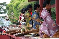 Démonstration de yabusame dans l'enceinte du temple Tsurugaoka Hachimangû à Kamakura - Une fois l'épreuve terminée a lieu une cérémonie dans la cour principale du temple