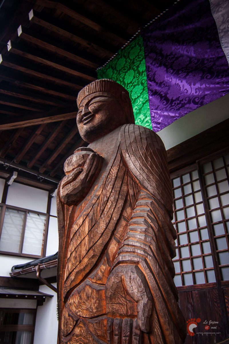 Takayama - Statue de bois de Yakushi-nyorai par Enkû en face du temple Sôôin 相應院