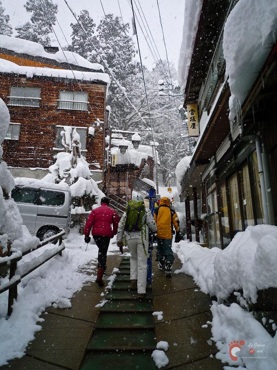 Traversée du village de Nozawa Onsen pour atteindre les pistes